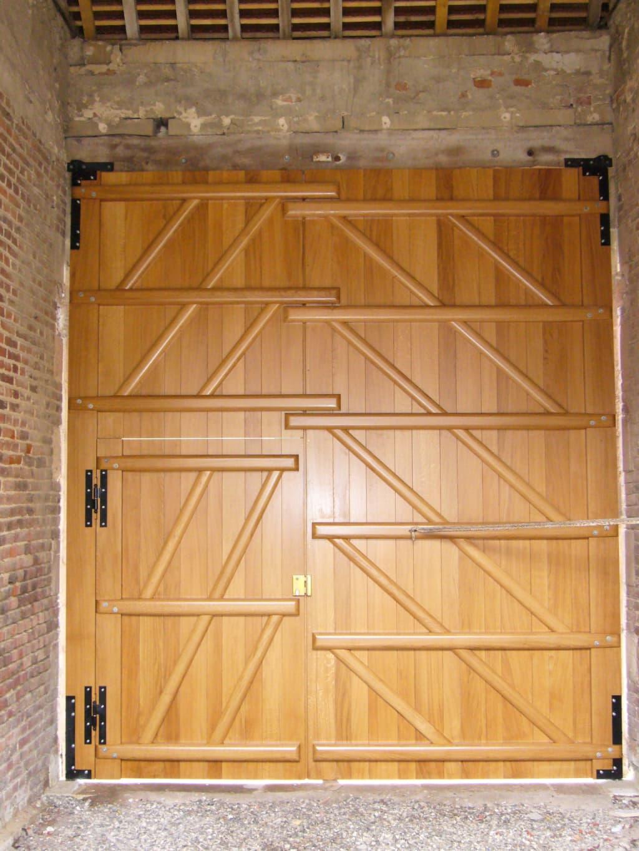 Portail de garage en bois avec porte intégrée