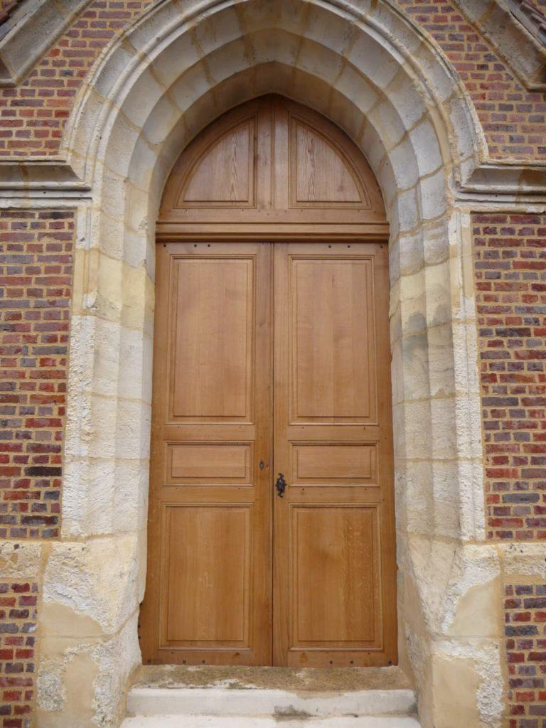 Restauration d'une porte d'église en bois massif